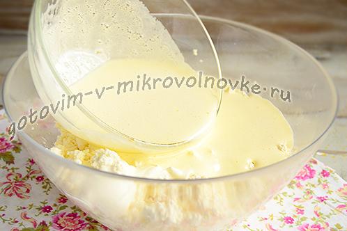 перемешать творог с яичной смесью