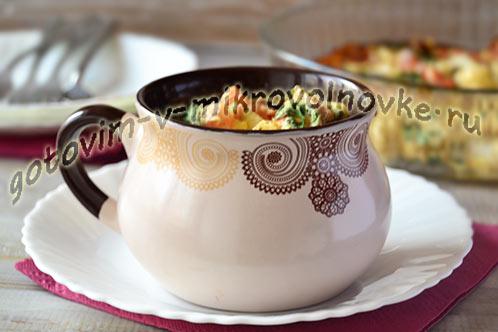 Омлет в кружке с маслинами, помидором и цветной капустой