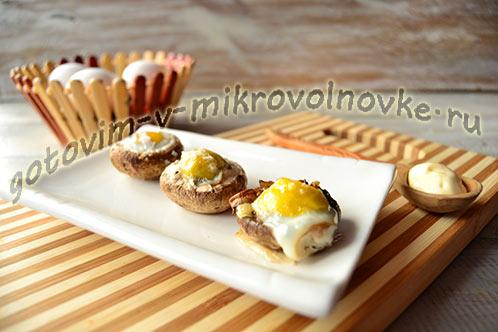 Фаршированные перепелиными яйцами шампиньоны