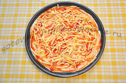 смазать кетчупом, положить сыр