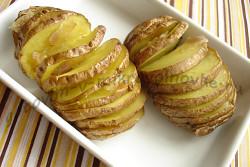вкусный картофель в мундире, запеченный в микроволновке, готов