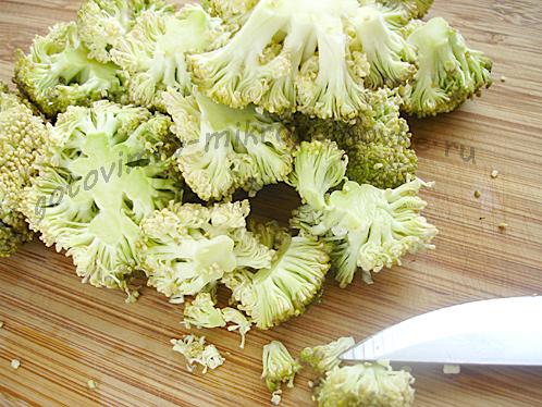 порезать брокколи для творожной запеканки