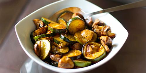 вкусные тушеные с грибами кабачки