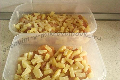 разложите ананасы