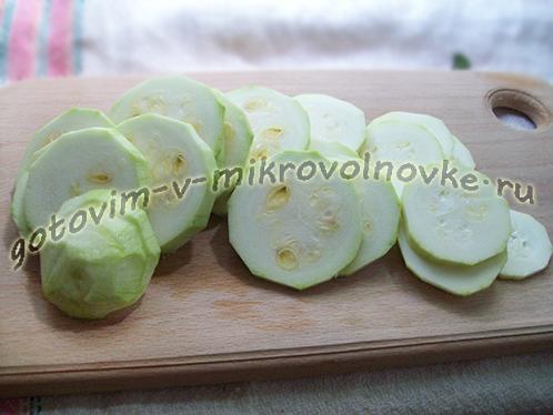 zapekanka-iz-kabachkov-s-kolbasoy-pomidorami-2