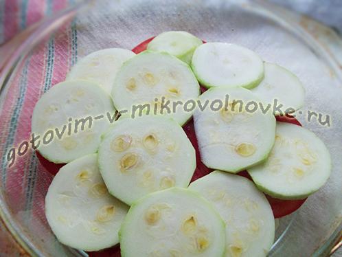 zapekanka-iz-kabachkov-s-kolbasoy-pomidorami-4