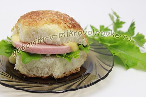 бутерброды с сыром и колбасой в микроволновке